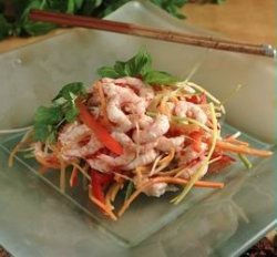 Rekesalat med rå grønnsaker og thaikrydder oppskrift.