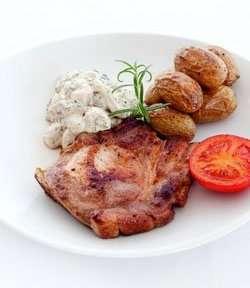 Prøv også Koteletter med soppstuing, ovnsbakte poteter og tomat.