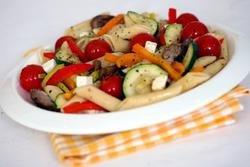 Salat med spretne grønnsaker og pasta oppskrift.