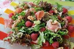 Sprek salat med bringebær og spekeskinke oppskrift.