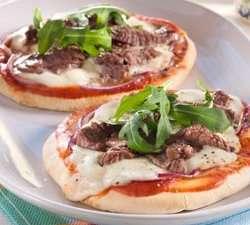 Pitapizza med biffstrimler oppskrift.