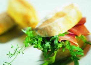 Ciabatta med parmaskinke, pesto og salat oppskrift.