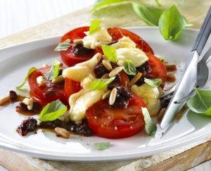 Prøv også Tomatsalat med lun ridderost, pinjekjerner og basilikum.