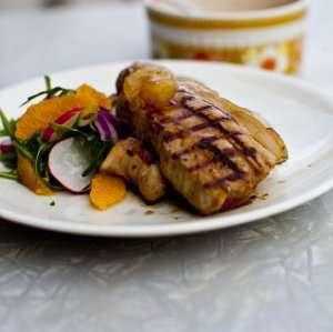 Prøv også Eple –og akevittglasert grillribbe servert med appelsinsalat og saltbakte småpoteter.