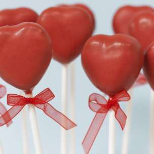 Read more about Cake pops Bryllupshjerter in our websites(In Norwegian).