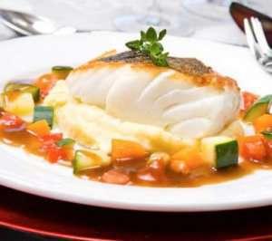 Stekt torskefilet på potet- og sellerimos med rødvinssaus oppskrift.