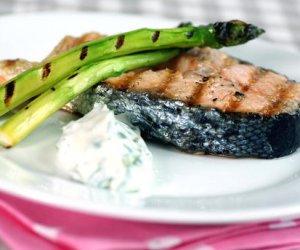 Prøv også Grillet laks med asparges og urterømme.