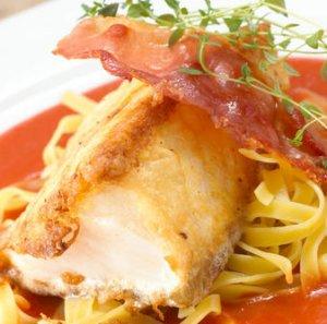 Prøv også Stekt skrei med serranoskinke, tomatsaus og pasta.