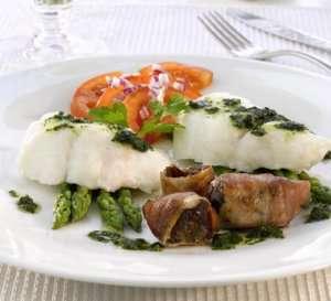 Ovnsbakt torsk med asparges, tomatsalat, bacondadler og pesto oppskrift.
