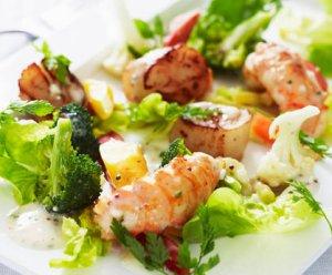 Prøv også Grillet kamskjell og sjøkreps med varm salat.