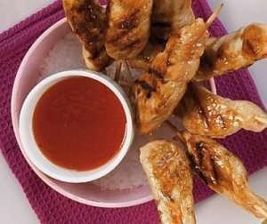 Bilde av Chili- og hvitl�ksmarinerte kyllingspyd med sesamfr�.