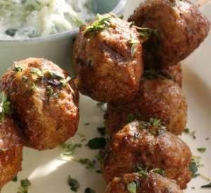 Greske lammeboller på spyd med gresk salat og tzatziki oppskrift.