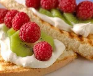 Bilde av Grillet kake med frukt og b�r.