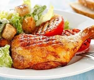 Grillet kyllinglår med Cæsarsalat oppskrift.