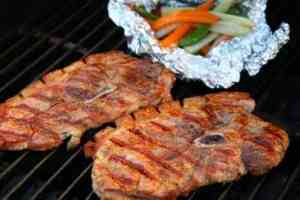 Prøv også Grillet svinebog med grønnsakspakker.