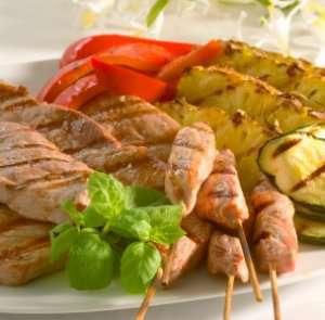 Skinkebiff med grillet frukt og grønnsaker oppskrift.