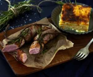 Prøv også Baconsurret lammefilet med gratinerte rotgrønnsaker.