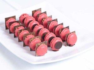 Bilde av R�de makroner med sjokoladebrikke og Sarah Bernard.