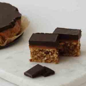 Prøv også Konfektkake med karamell og sjokoladetopp.