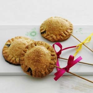 Prøv også Små blåbærpaier på pinne.
