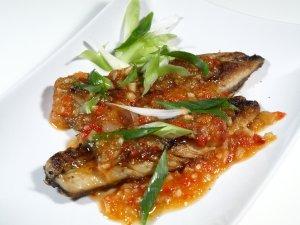 Prøv også Pla Rad Prig (Stekt fisk med tamarind/chilisaus).
