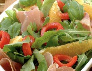 Prøv også Sommerlig salat med spekeskinke og yoghurtdressing.