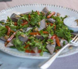 Prøv også Sitrusmarinert matjessild med salat og grillet paprika.