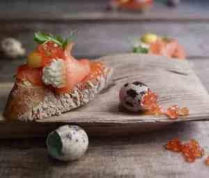 Prøv også Røkelakssmørbrød med pepperrotkrem, rogn og vaktelegg.