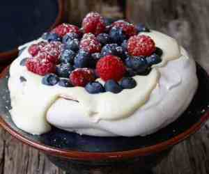 Prøv også Pavlova med friske bær.