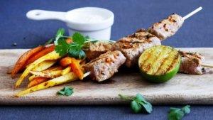 Prøv også Skinkebiff på spyd med bakte rotgrønnsaker og korianderraita.