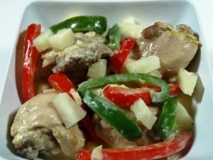 Prøv også Pininyahang Manok (Ananas kylling).