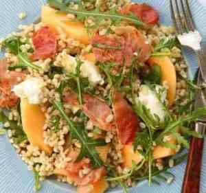 Prøv også Byggrynssalat med mozzarella, melon og røkt skinke.