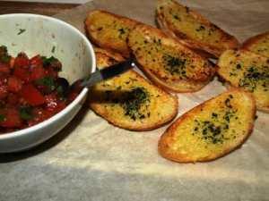Prøv også Hvitløk bruschetta med enkel tomatsalat.