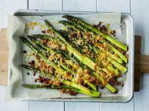 Prøv også Ovnsbakte asparges med parmesan og sprø smuler.