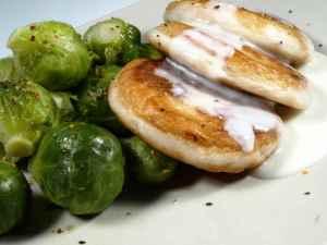 Prøv også Fiskekaker med rosenkål og hvit saus.