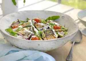 Prøv også Salat med makrell og rømmedressing.