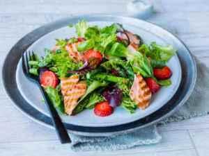 Prøv også Salat med asparges, laks og jordbær.
