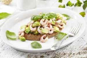 Prøv også Rekesmørbrød med avokado og basilikum.