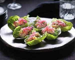 Prøv også Ceviche av kamskjell med syltet rødløk og avokado.