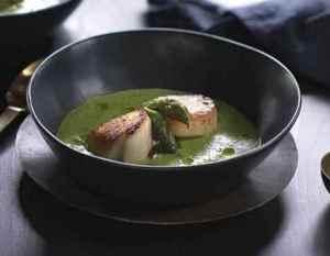 Prøv også Kamskjell med grønn ertersuppe og asparges.