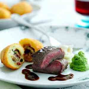Prøv også Lammefilet med blomkåls- og brokkolitopper, fylte poteter og timiansjy.