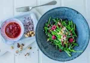 Prøv også Aspargesbønner med bringebærdressing og hasselnøtter.