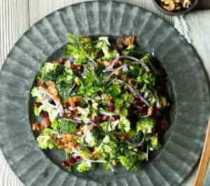 Prøv også Brokkolisalat med bacon, rødløk og granateple.