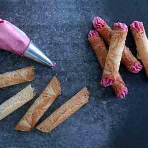Prøv også Krumkaker med tyttebærsmørkrem.