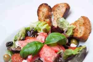 Prøv også Grønn salat med LobNobs, feta og oliven.