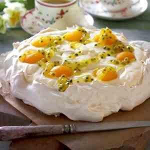 Prøv også Påskepavlova fylt med sitronkrem og pasjonsfruktsaus.