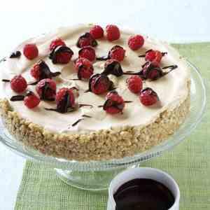 Prøv også Mokkaiskake med bær og sjokoladesaus.