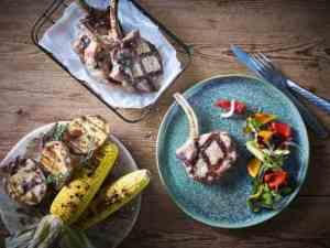 Prøv også Svinekoteletter med grillet paprika og squashsalsa.