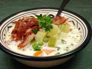 Dagens oppskrift er Potetsuppe med sprø bacon og grønne erter.