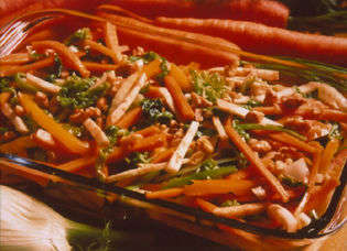 Varm gulrotsalat med fennikel og valnøtter oppskrift.